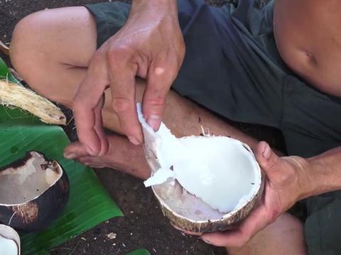 男子口撕椰子放在火上烤,打开后白花花一片令人惊喜!