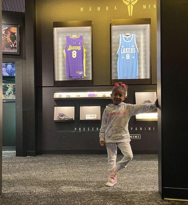 瓦妮莎带女儿参观科比名人堂展览 落泪表白挚爱