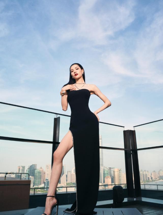 """钟楚曦的""""铡刀站""""绝了,看她双腿怎么放,身高不足1米68难模仿"""
