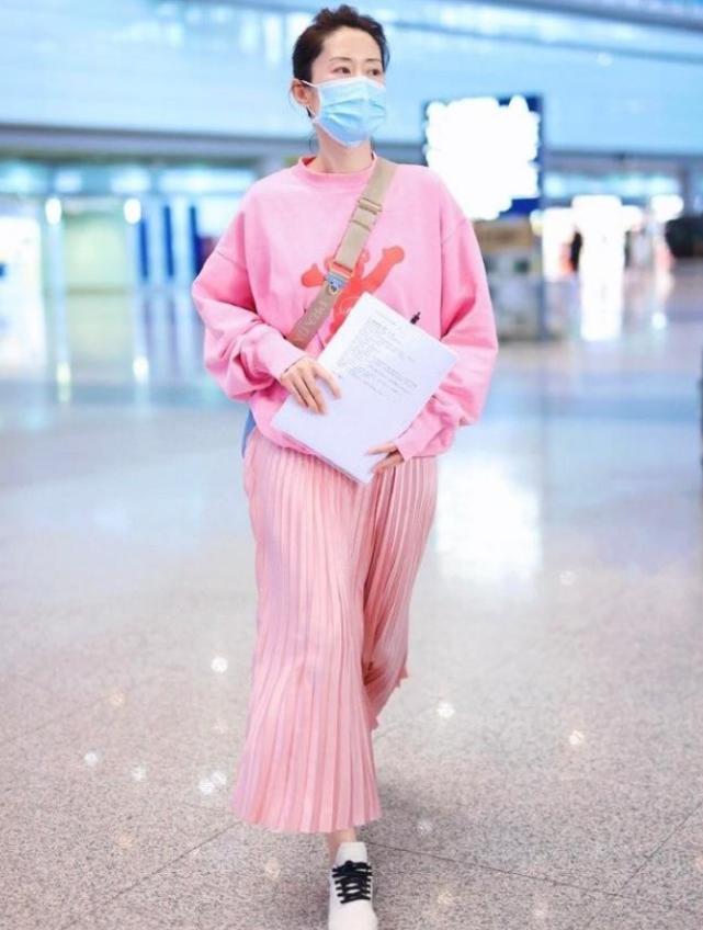 刘敏涛真不把自己当大妈,走机场穿粉色扮嫩,看着不像46岁