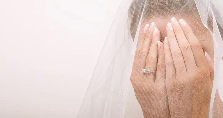 美国新娘控诉继母抢风头,有意穿着白色蕾丝裙参加她的婚礼
