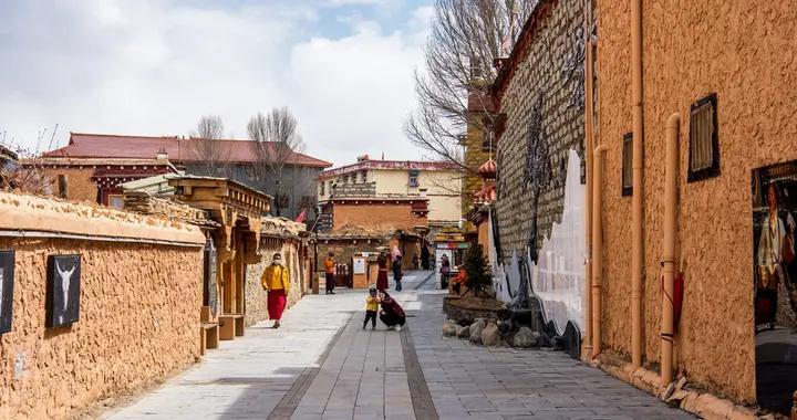 中国最大藏寨在四川理塘,因为丁真走红,如今游人如织