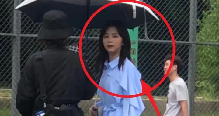 谭松韵在学校拍戏,在学生无美颜镜头下,30岁真实状态一瞧便知