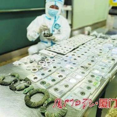 一男子行李箱内藏大量古钱币欲出境,被厦门海关查扣!他说……