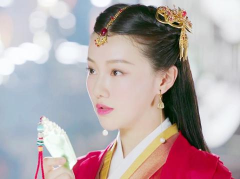 26岁小花王鹤润,演古装剧走红,却因拍戏时用矿泉水洗澡被抹黑