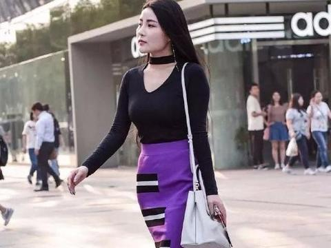 炭黑色吊颈针织衫+紫色高腰裙,简约时尚,让人更具优雅知性魅力