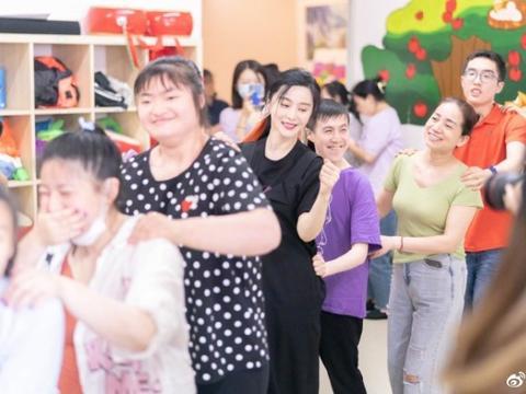 范冰冰化精致妆容探望自闭症儿童,多名摄影师随行引争议