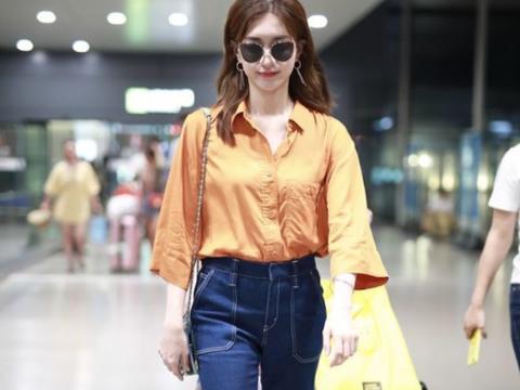 """江疏影为显气色太""""心机"""",穿橘色衬衫走机场,35岁嫩回25岁"""