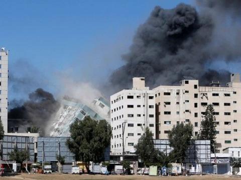 """以军轰炸加沙新闻大楼,美记者险些丧命,美评论员却欢呼""""温暖"""""""