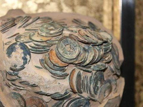 男子地里挖出奇葩陶瓷罐,打碎后竟获得一笔财富!