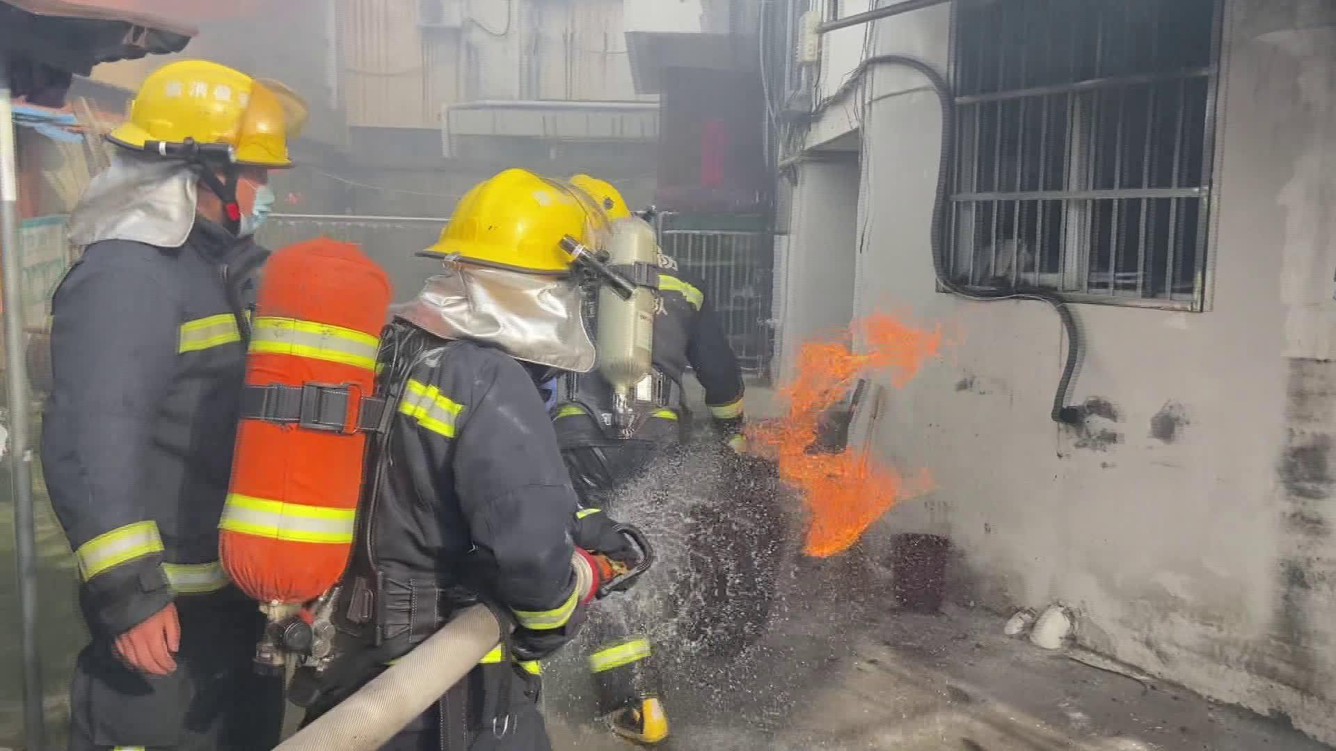 宣城 厨房着火 消防员从大火中拎出液化气罐