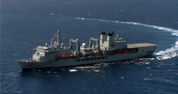 英航母编队未到南海先出事,补给舰突然着火,就这还敢挑衅中国?