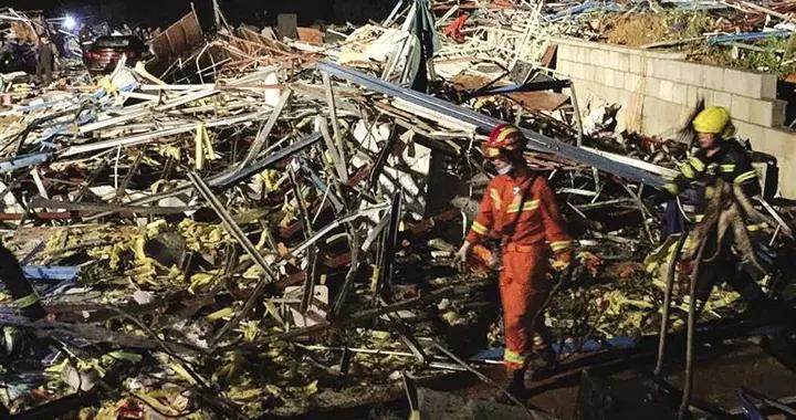 树木折断 房屋受损 塔吊弯折 工棚倒塌 武汉龙卷风致8死230伤