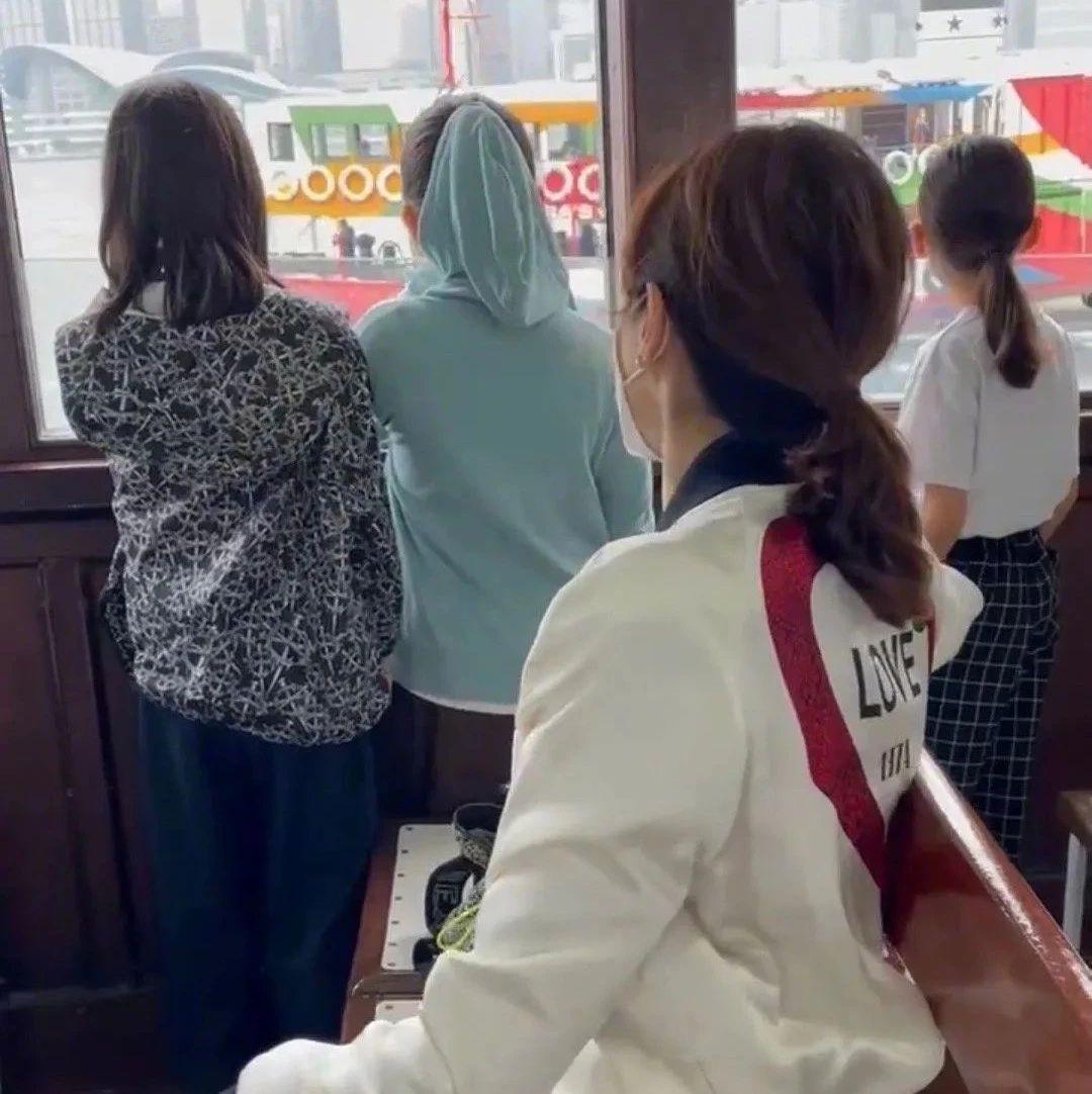 TVB前当家花旦嫁入豪门坐渡轮欣赏美景,三个女儿兴奋同行
