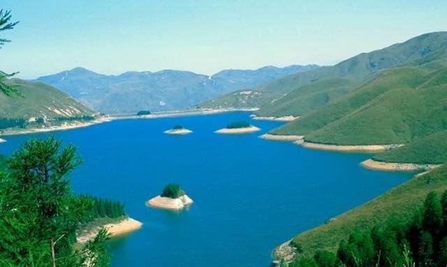 """广西一人工湖走红,被赞""""小长白天池"""",皇帝大殿的神话流传甚广"""