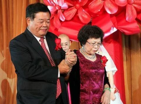 拿妻子嫁妆创业,却曾另结新欢差点离婚,玻璃大王曹德旺的情场史