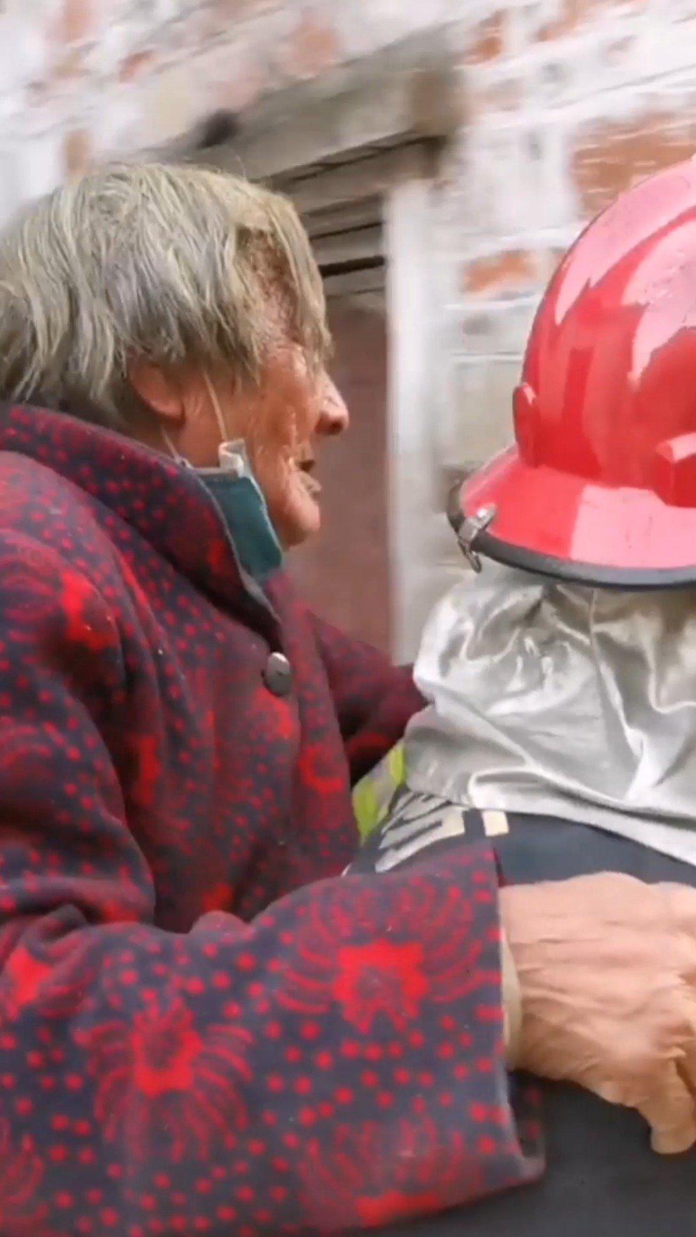 淮南民房起火老人吓得瘫坐火场 消防员背起老人撤离