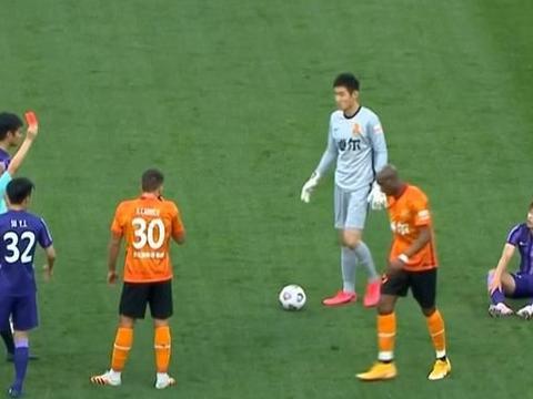 6分钟内VAR两次介入,天津队拿到点球,武汉队进球越位无效