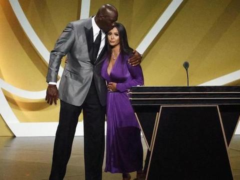 科比遗孀瓦妮莎发表名人堂获奖感言,黑发紫裙抢眼,乔丹落泪相陪