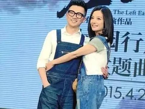 """赵薇真有""""心机"""",穿牛仔背带裤还配双高跟鞋,身旁苏有朋尴尬了"""