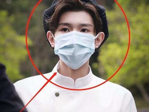 王源凌晨下班被拍,戴口罩挠头发出游难掩疲惫,他发量却成亮点