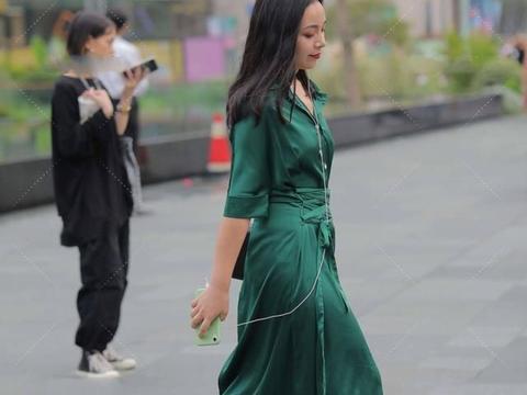 油绿的服装色彩成熟,丝滑的面料高端大气,色彩碰撞时尚十足