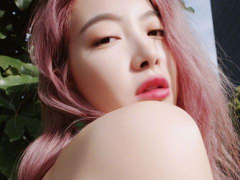 宋茜晒夏日街拍照,小背心配粉色头发,清爽可爱又不失气质!
