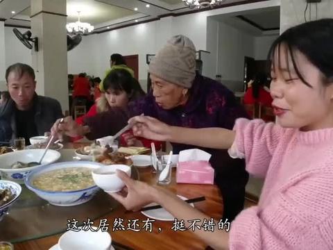 江西农村办酒席,一家人包400元红包,中午正餐都没有,啥习俗?