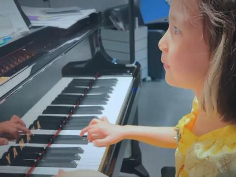 黄磊两个女儿优雅灵动四手联弹 为何国人对孩子钢琴教育近乎痴迷