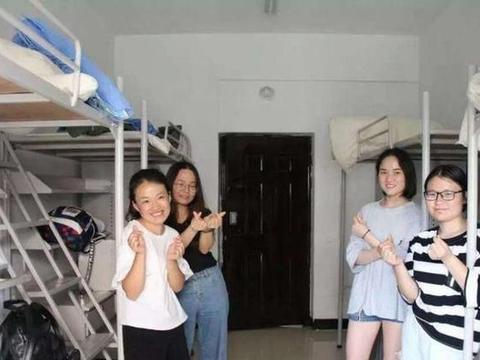 宿舍四个女生,一个同学因为小事被其他三个开骂并孤立,该怎么办