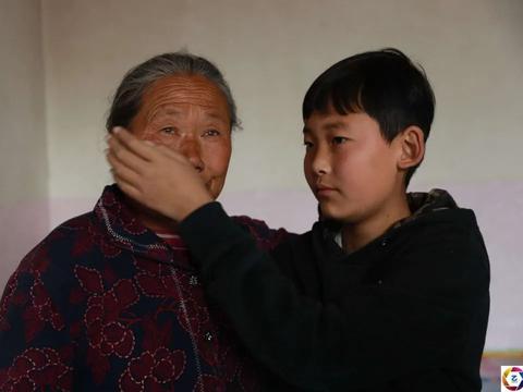 儿子儿媳溺亡,7旬奶奶和幼孙相依为命,孩子长大后做法特别暖心