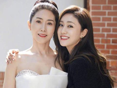 刘芸与妈妈合拍,妈妈婚纱照造型,母女似姐妹
