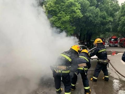 九江青年路一汽车行驶中自燃 ,直击现场……