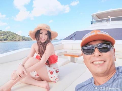 55岁温碧霞和老公乘游艇出海保养好,老公秃顶戴帽子,养子待遇好