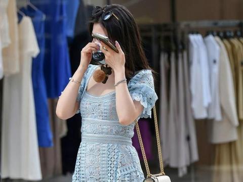 穿着浅蓝色紧身裙的美女,展示的不仅仅是时尚