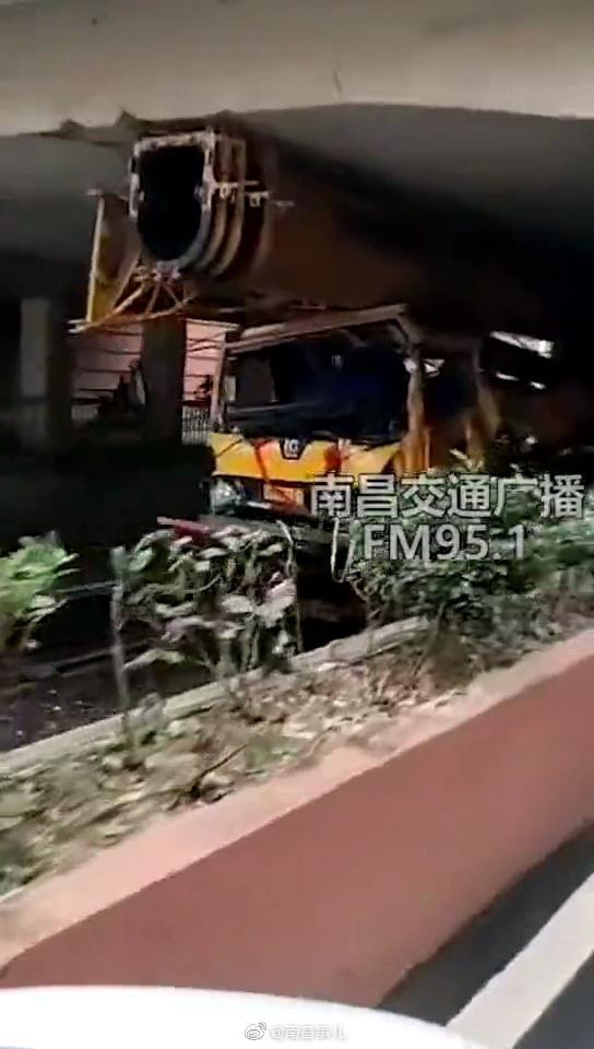 南昌一吊车被卡北京西路立交桥下 交警急寻车辆驾驶员