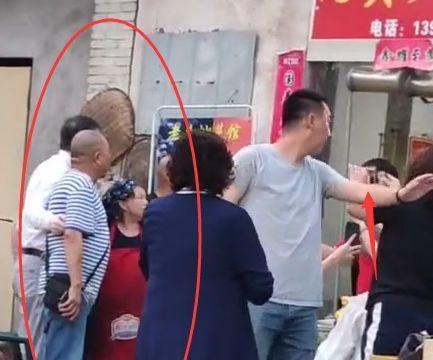 63岁冯小刚坐路边摊吃饭,在人群中白的显眼,热情招呼老板娘合影
