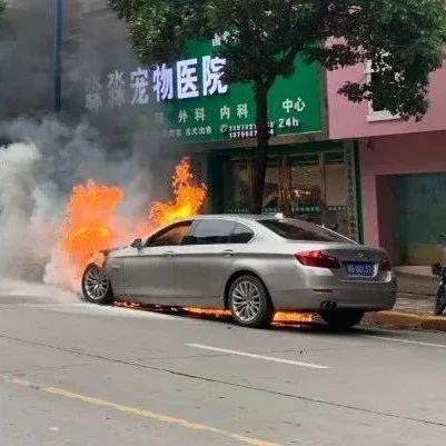 九江青年路一汽车行驶中自燃 ,视频直击现场