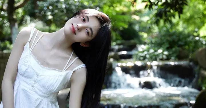 鞠婧祎初恋感写真,黑长直+白色吊带连衣裙,白月光女友让人心动