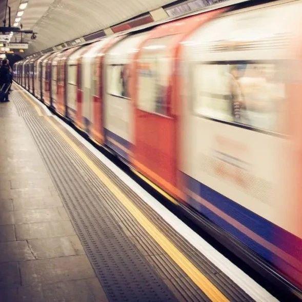 科普:地铁行驶时,窗外的广告是如何保持同步的?