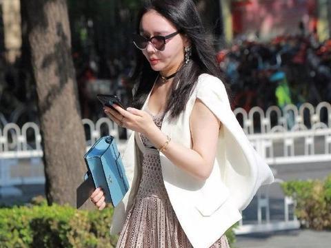 裙装美女的重点不是脸型,而是半透明裙,特别有女人味