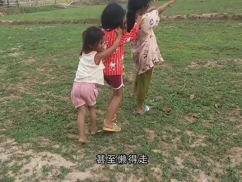 小猴子们穿上漂亮的裙子,和一群小女孩玩游戏,真像个小孩子呀