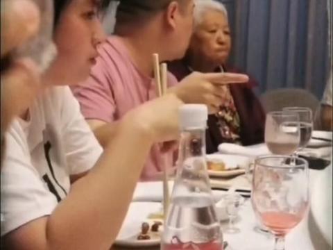 岳云鹏姐姐发家庭聚会视频,弟媳照顾老人无微不至,网友:真孝顺