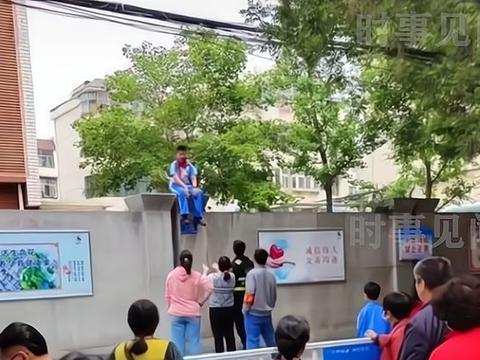山东一学生坐在墙头想不开,行人耐心劝说,孩子的心理健康很重要