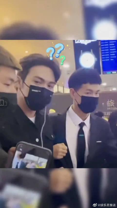 张彬彬在机场被两个安保大哥夹在中间架着走……