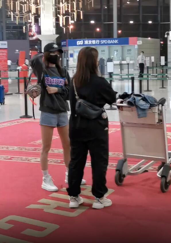 42岁秦岚邻家女孩打扮现身机场,发现被偷拍后,故意凹造型拉好感