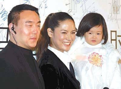 中国第一名模马艳丽罕现身,气场不输刘雯,与名导离婚后身价上亿
