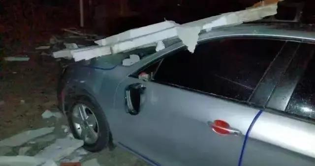 内蒙古:楼房保温板从天而降,楼下车辆被砸