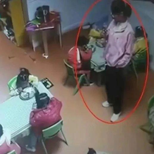 孩子吃饭时被呛致死,幼儿园老师当时在旁看手机……