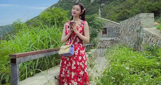 V领碎花红裙+蝴蝶结发带,夏日元气氛围浓